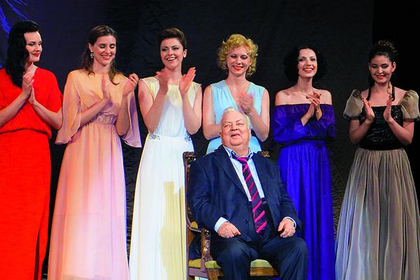 Молодые актрисы театра Михаила Державина обожают