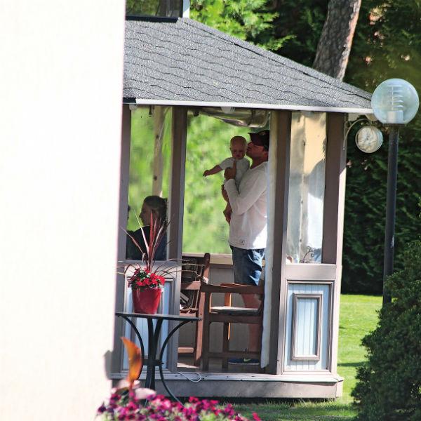 В Юрмале Максим с Ксенией и Платоном жили в гостевом доме у его родителей
