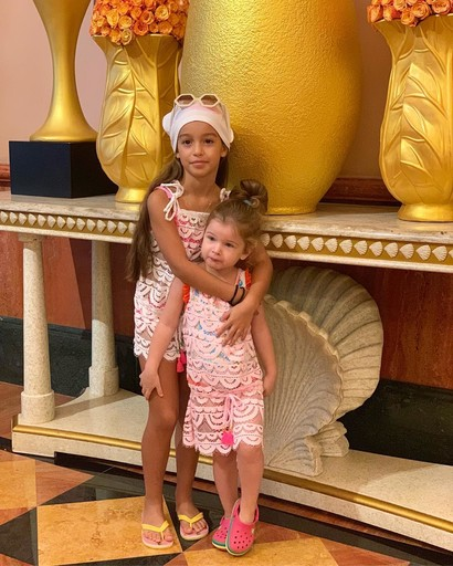 Маруся заботится о младшей сестре