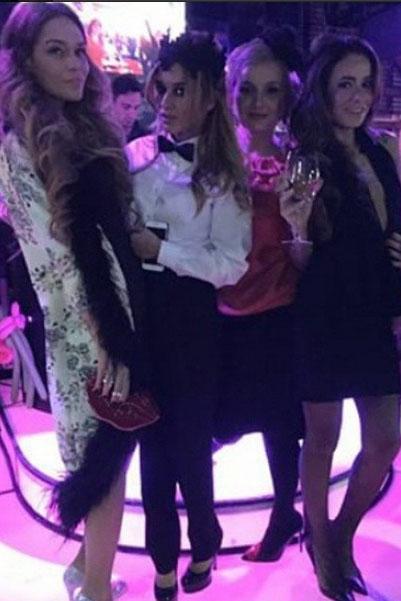 Подруги Ксении, приглашенные на ее вечеринку в стиле «Великий Гэтсби», соблюли предписанный виновницей торжества дресс-код