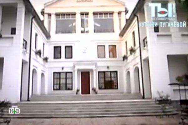 Роскошный особняк был построен в начале 90-х годов