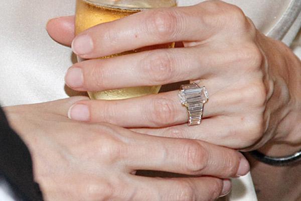 До сих пор палец Анджелины украшало только помолвочное кольцо. Теперь прибавится еще и обручальное