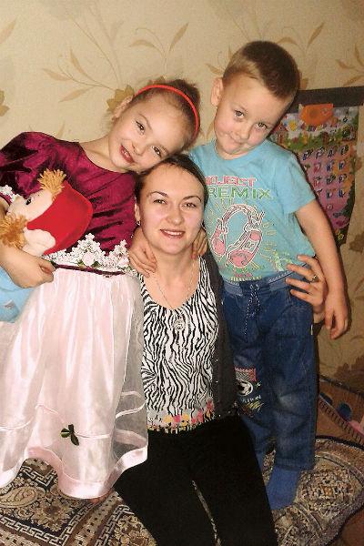 Все лето Ксюша гостила а деревне, у родителей своего отца. На фото – она с мамой и братом Даней