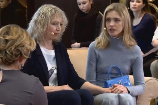 На протяжении всего разговора Наталья Водянова не отпускала руки своей мамы
