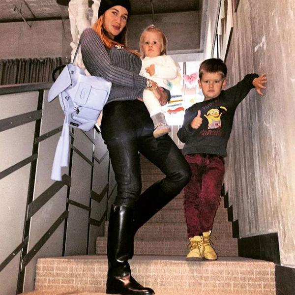 Экс-участница реалити-шоу с сыном Марком и дочерью Лаурой