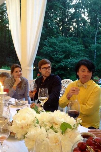 Жених и невеста с отцом Галины Валентином Юдашкиным