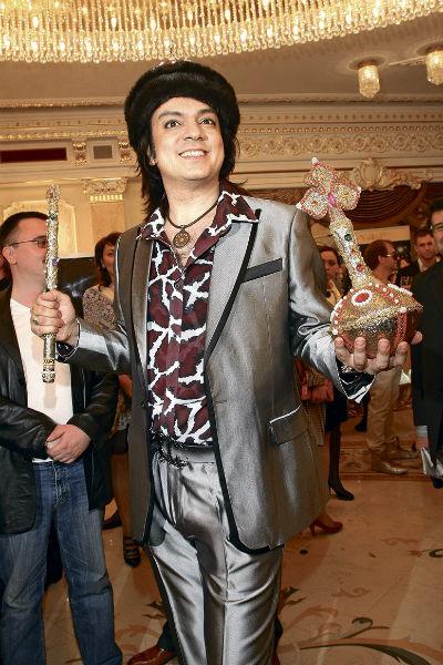Как десять лет назад он праздновал с королевскими атрибутами, так и сейчас