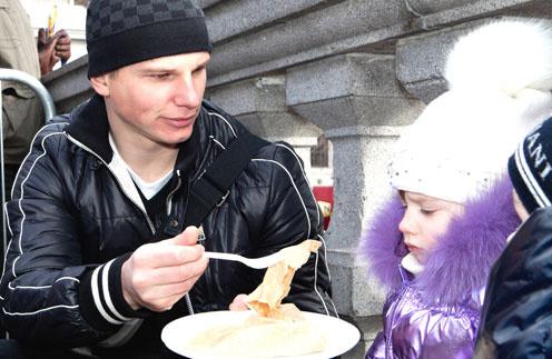 На масленичных гуляниях в Лондоне Аршавин угощал дочку блинами