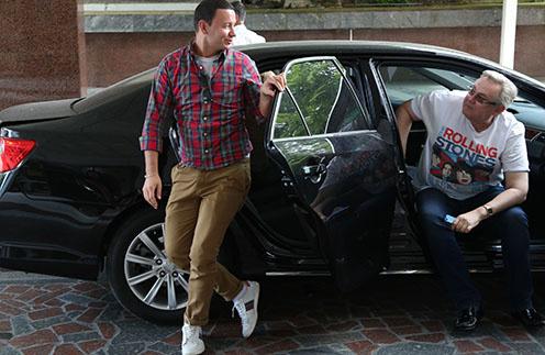 Первыми на одном авто приехали шоумены Александр Олешко и Юрий Стоянов