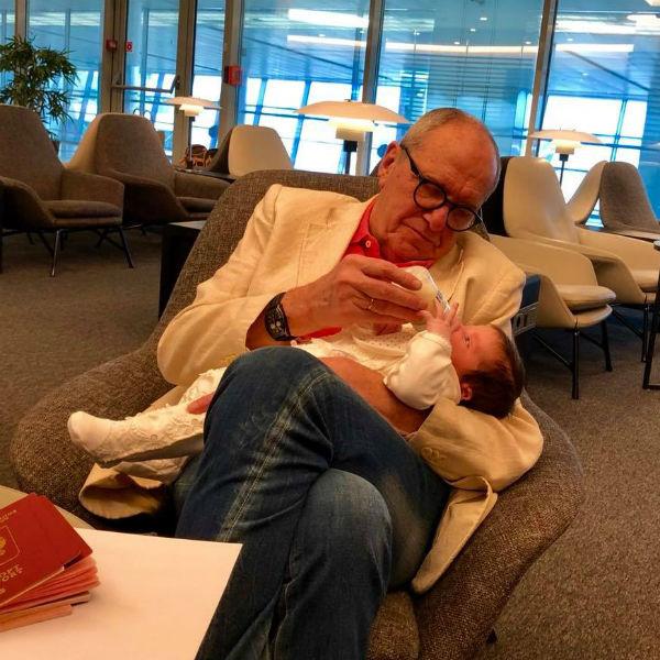 Приблизительный папа: Эммануил Виторган продемонстрировал, как кормит дочь избутылочки