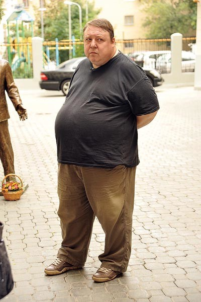 Вес актера в некоторые периоды достигал 200 кг
