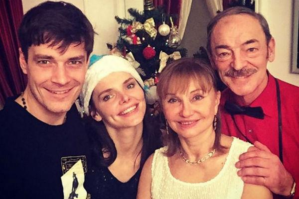 Новый год Матвеев отметил вместе с Лизой, их сыном Андреем, а также родителями экс-супруги