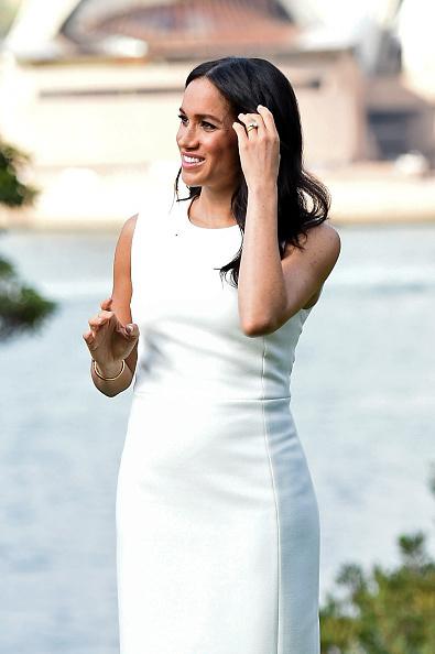 Меган Маркл в платье-футляре от австралийского дизайнера Karen Gee