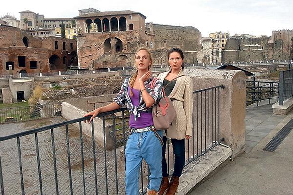 Певица обожает путешествовать. Часто компанию ей составляет младшая сестра Мария. Рига, 2013 год