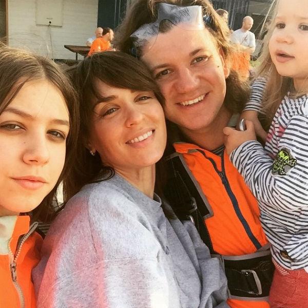 Ирина Муромцева с мужем Максимом Волковым, дочками Любой и Александрой