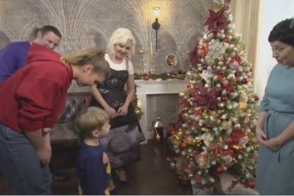 Василиса Володина с семьей довольны новой елкой