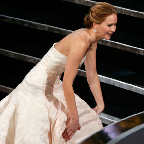 Дженнифер Лоуренс падает на церемонии «Оскар»