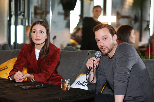Актеры и телеведущие во время презентации шоу