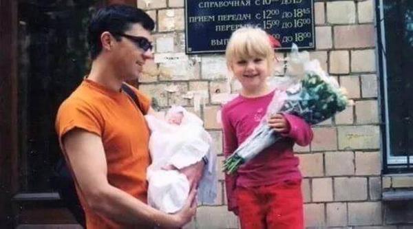 Маленькая Оля с отцом забирают маму из роддома