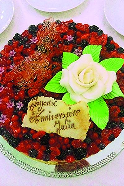 Торт со свежими ягодами шеф-повар приготовил по спецзаказу