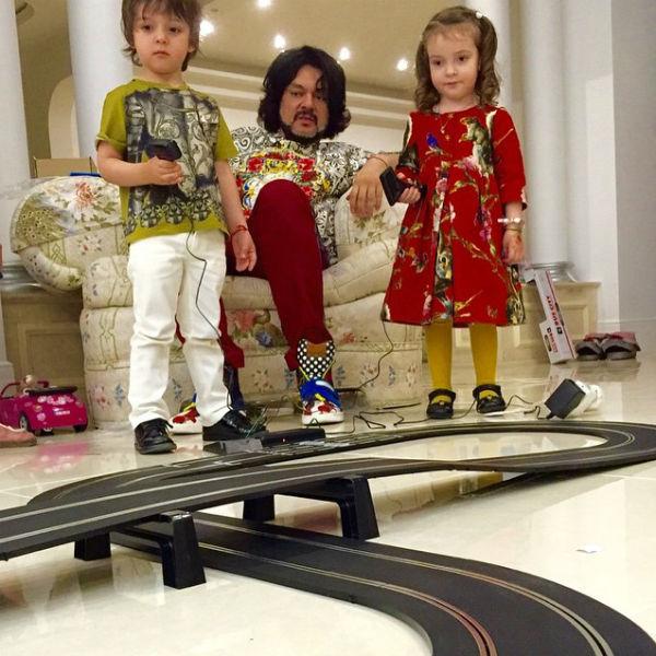 Филипп Киркоров привез в подарок детям из Лондона железную дорогу