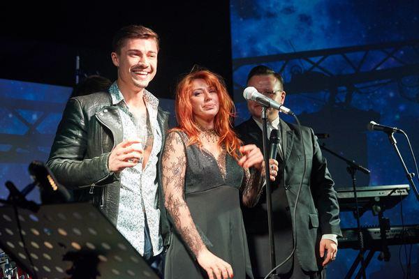 Алена Апина обрадовала гостей вечера живым концертом