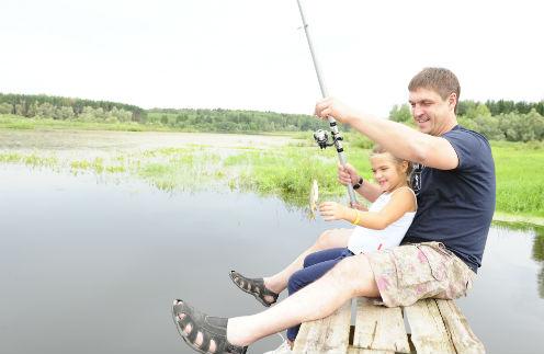 На своей первой рыбалке, на Можайском водохранилище, Таня с помощью папы поймала три рыбешки. Но потом их выпустила