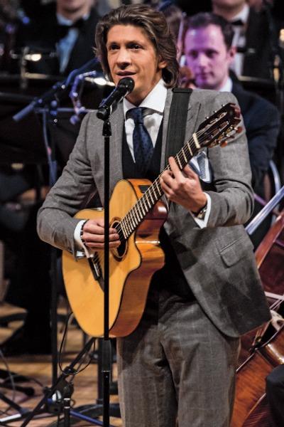 Лидер коллектива Леонид Овруцкий, как и все ребята, владеет разными музыкальными инструментами