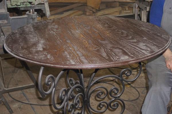 Галина выточила столик по собственному эскизу