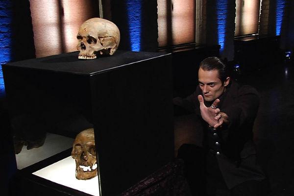 Экстрасенс проходит все испытания с помощью человеческого черепа