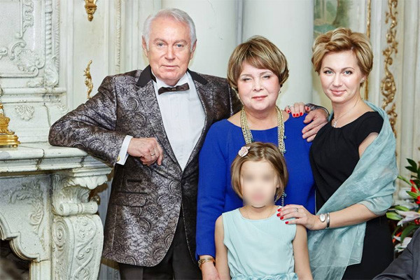 Ирина Володина (на фото крайняя справа) на юбилее отца