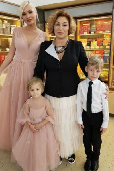 Алиса в компании мамы и бабушки