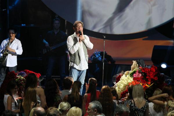 Поклонники певца завалили его цветами и подарками