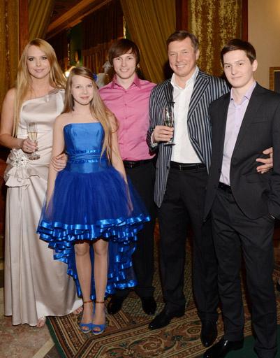 Варвара и Михаил Сусов с детьми на свадьбе сына Варвары в ресторане «Яр»