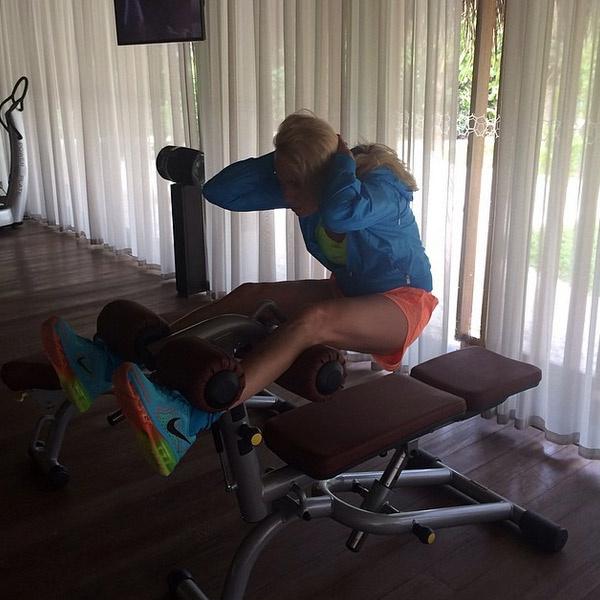 Яна Рудковская занимается спортом даже во время отдыха