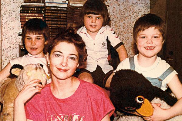 Данила (крайний справа) рос в многодетной семье. На фото - с мамой Надеждой, братьями Егором и Ваней