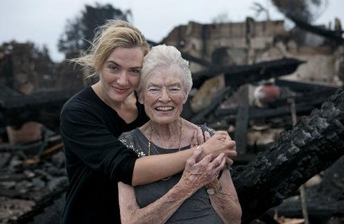 Кейт Уинслет с Евой на фоне сгоревшего особняка Ричарда Брэнсона