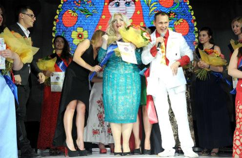 Степан Меньщиков отметил день рождения среди толстушек