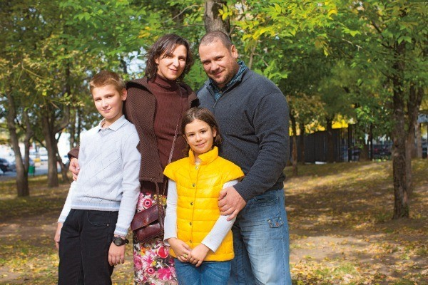 Олеся с мужем Спартаком и старшими детьми - Савелием и Агафьей
