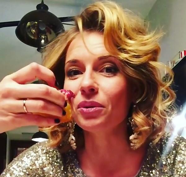 Кадр видео, на котором актриса демонстрирует обручальное кольцо