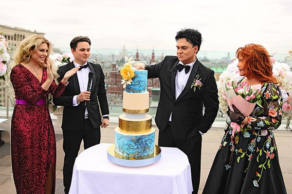 Свое свадебное платье Анастасия продала, считает, оно может кому-то оказаться нужнее. Юлиан подобные поступки жены поддерживает