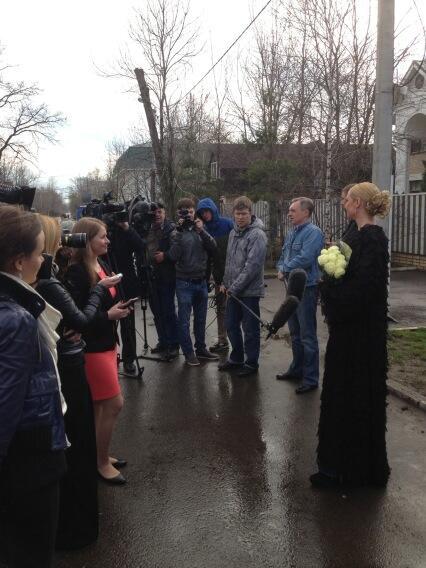 Волочкова общается с журналистами у своего дома