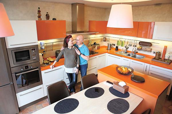 Кухню обустроили по  науке: известно, что   оранжевый и желтый   цвета улучшают аппетит