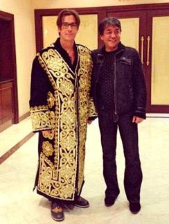 Примерив золотошвейный чапан, Максим сказал Эльдору Усманову: «Рахмат!», что по- узбекски означает спасибо
