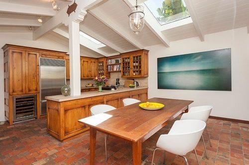 Кухня разделена на отдельную зону для приготовления пищи и на столовую