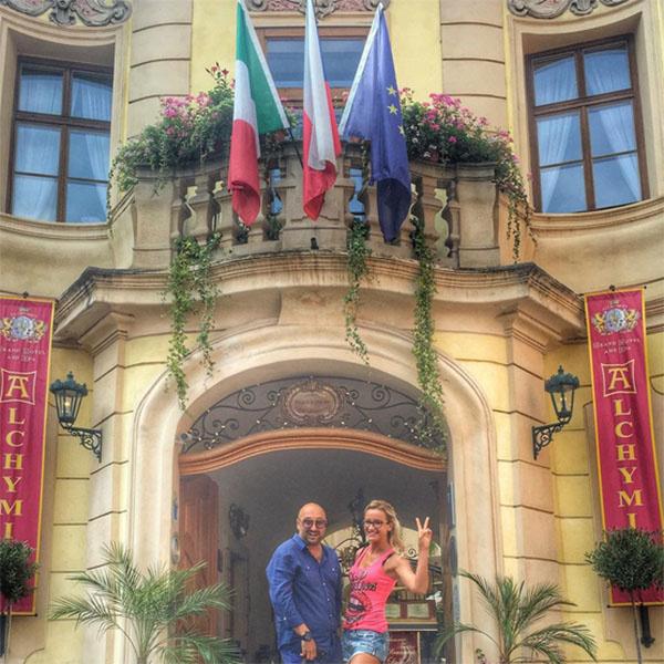 Ольга Бузова на входе в отель