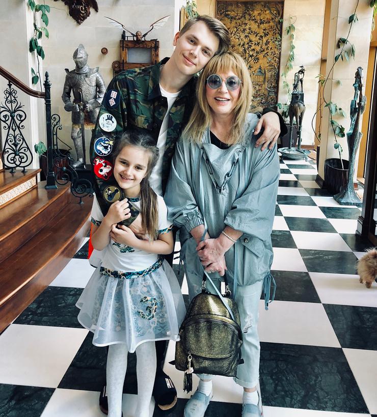 Алла Борисовна с внуками