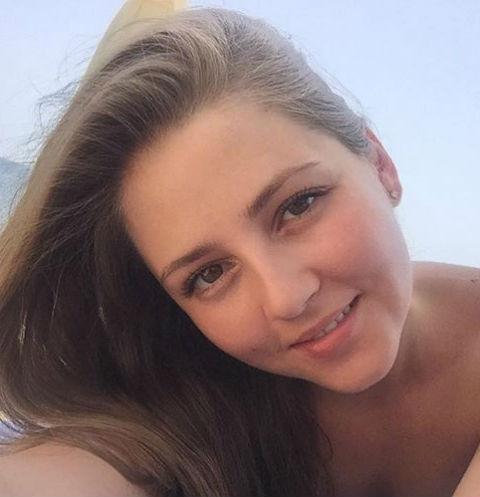 Анна Михайловская загорает на пляже
