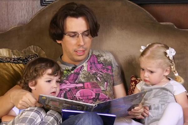 Максим много времени проводит с детьми