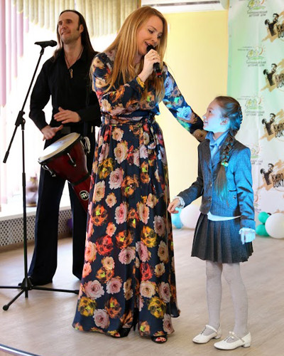 Варвара со своей маленькой поклонницей